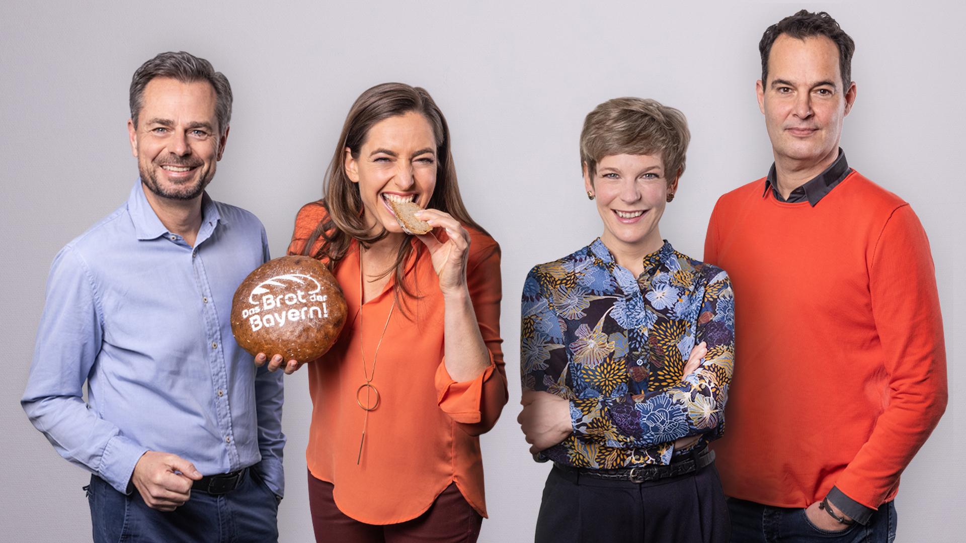 Moderatoren des Bayerischen Rundfunks mit dem Brot der Bayern